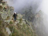 Sul sentiero immersi nella nebbia