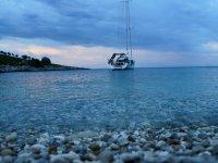 La nostra imbarcazione sul mare piatto