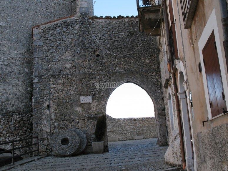Entrando a Castel del Mondo