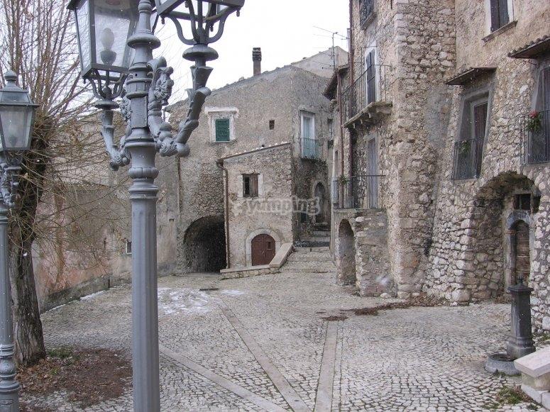La piazza di Castel del Monte