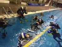 In piscina durante un corso