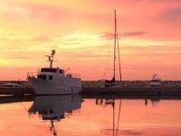 in barca al tramonto in campamnia