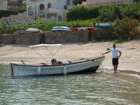Il gozzo da pesca sbarco in spiaggia