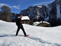 With le ciaspole sulla neve