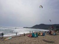 Kitesurfer in spiaggia
