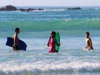 Giovani ragazzi in acqua