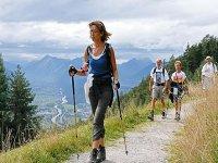 In Marcia Facendo Nordic Walking