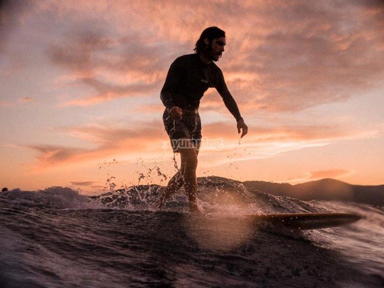 surf au coucher du soleil