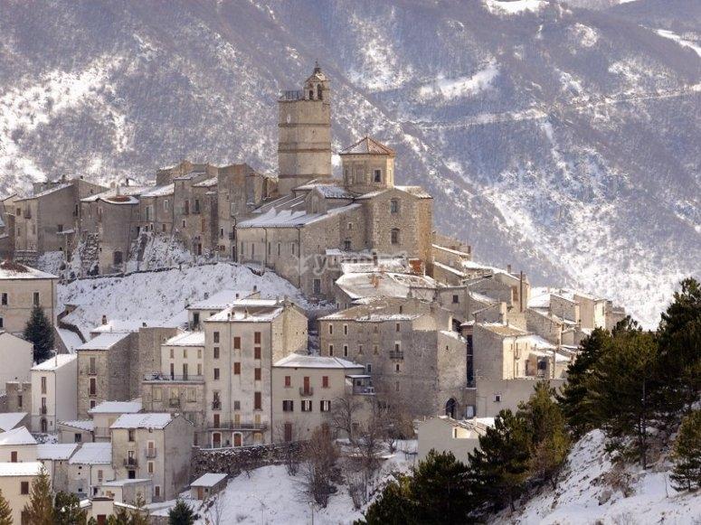 Il borgo di Castel del Monte