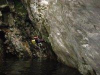 Calando in acqua con la corda