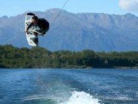 In wakeboard sul lago