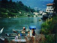 Un viaggio sul fiume con le canoe aperte