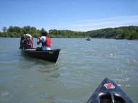 Discesa sul fiume con le canoe