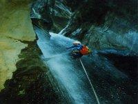Discesa in corda doppia su cascata.