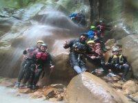 Foto di gruppo sotto la cascata