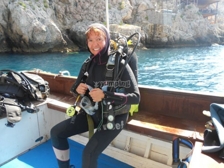 Subacquea pronta a immergersi