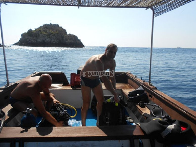 In barca prima di immergersi