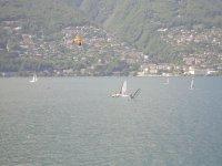 Una vela in mezzo al lago