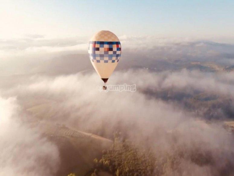 in volo sopra alle nuvole