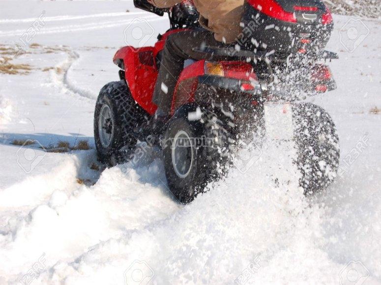 Sgommata in quad sulla neve