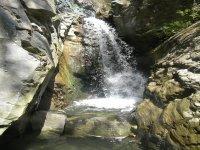 cascata improvvisa alta circa 6 metri
