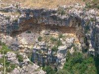 Fra le grotte della necropoli di Pantalica