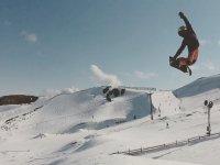 vola con lo snowboard