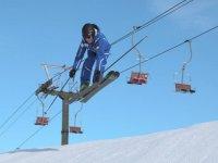 saltando con gli sci