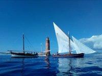 Il faro e le imbarcazioni della scuola