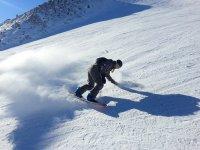 Scendi in snowboard