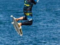 Un kiter fa un'acrobazia