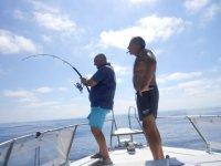 Andrea pescando dalla barca