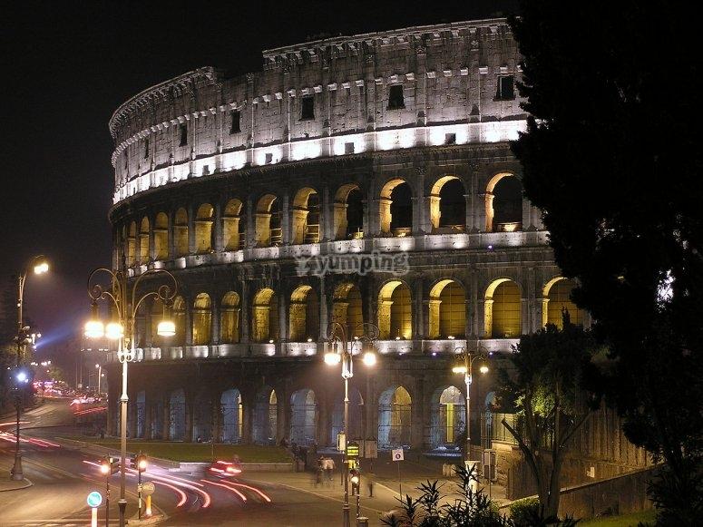 Colosseo in versione notturna con pizza e birra
