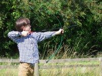 Un bimbo scocca la sua freccia!