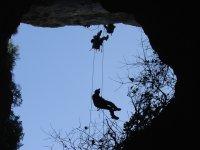calandosi nella grotta