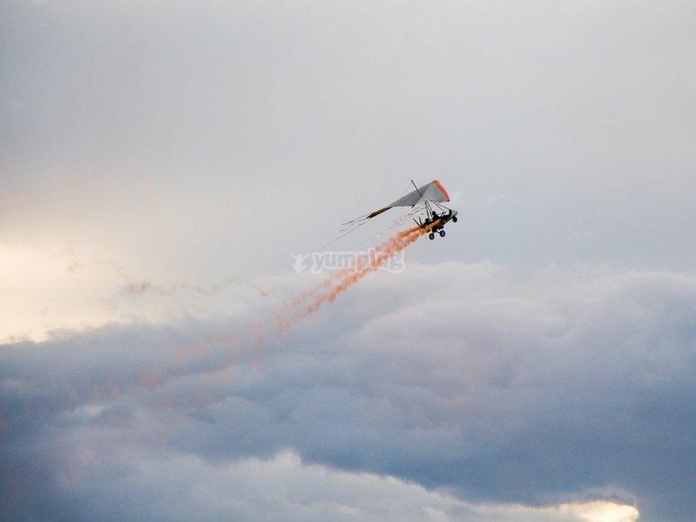 Deltaplano a motore in volo