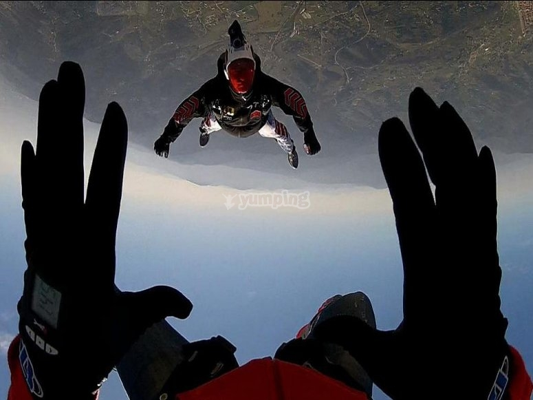 Paracadutisti in volo