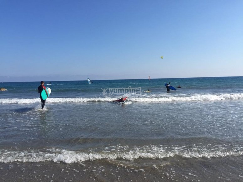 Surfisti nel mar ligure