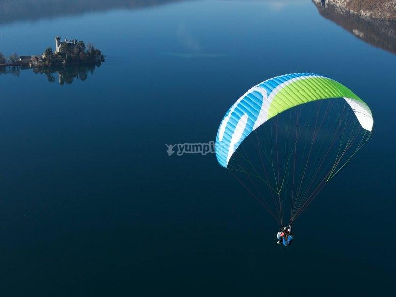 In volo sul lago