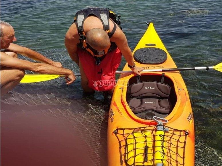 in canoa nel mar mediterraneo