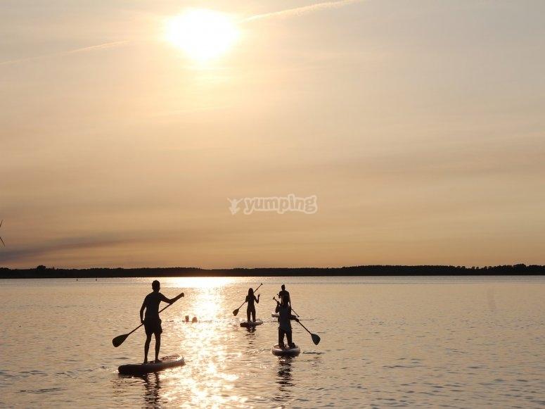 Sul paddle al tramonto