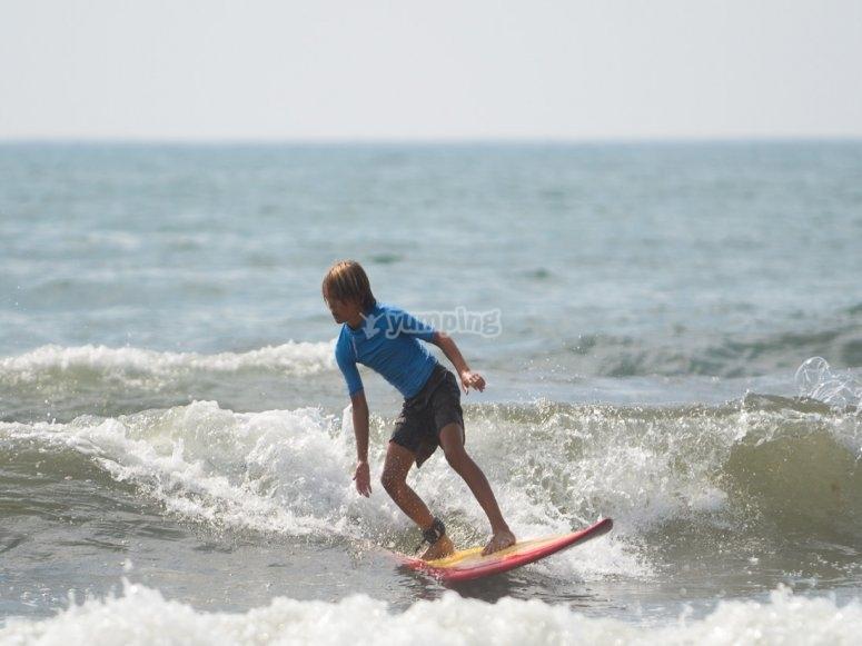 Solcando le onde con il surf