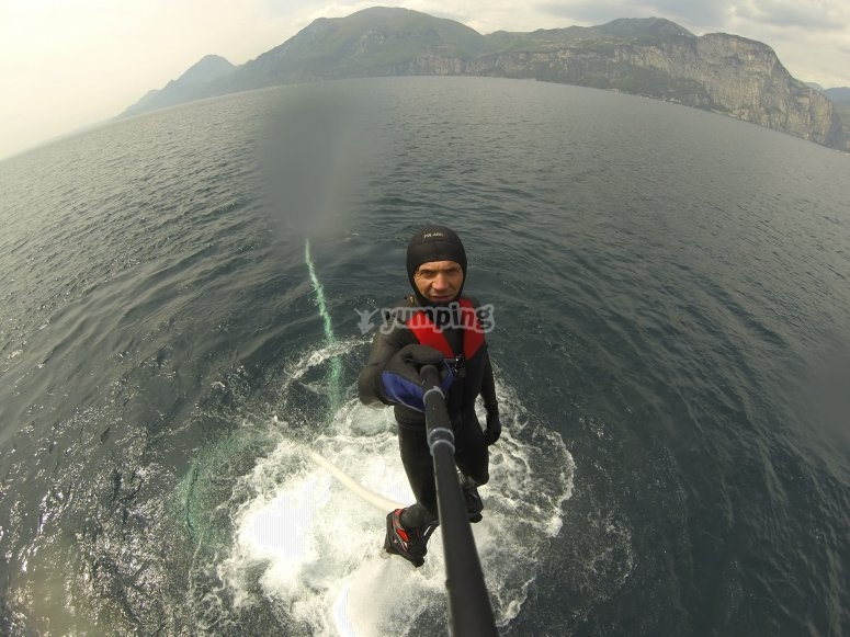 Sull'acqua con il flyboard