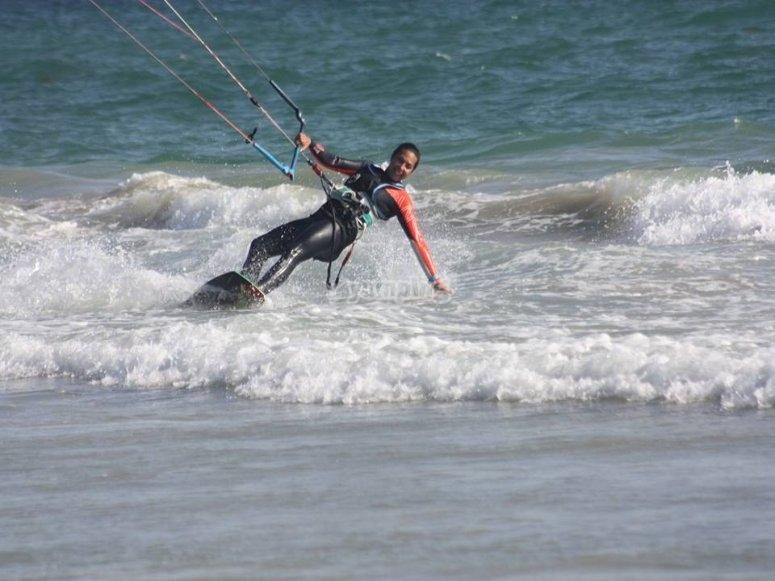 Solcando le onde con il kitesurf