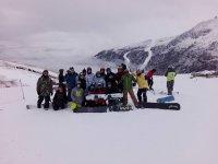 una foto di gruppo dopo una giornata in snowboard