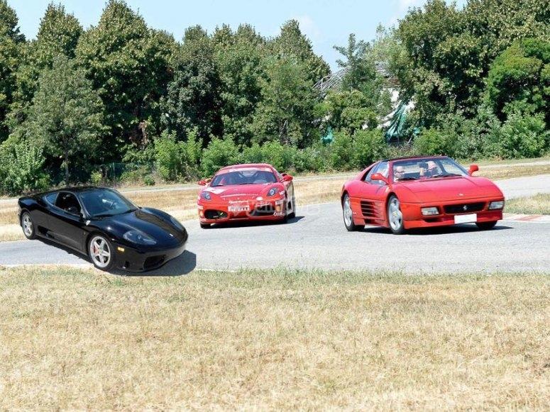 Auto sportive in pista