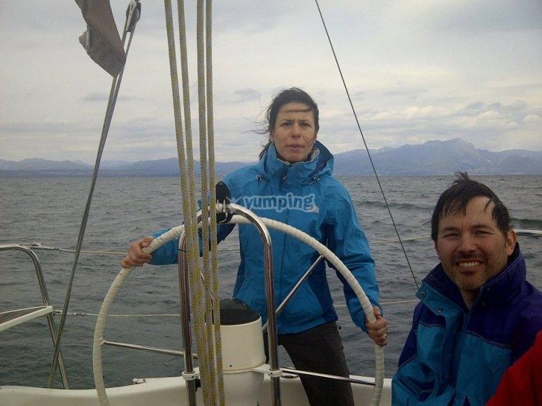 Timonando la barca a vela