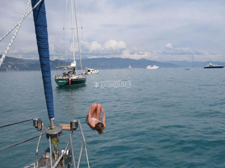 Tuffarsi dalla barca