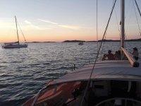 Ammirando il tramonto dalla barca
