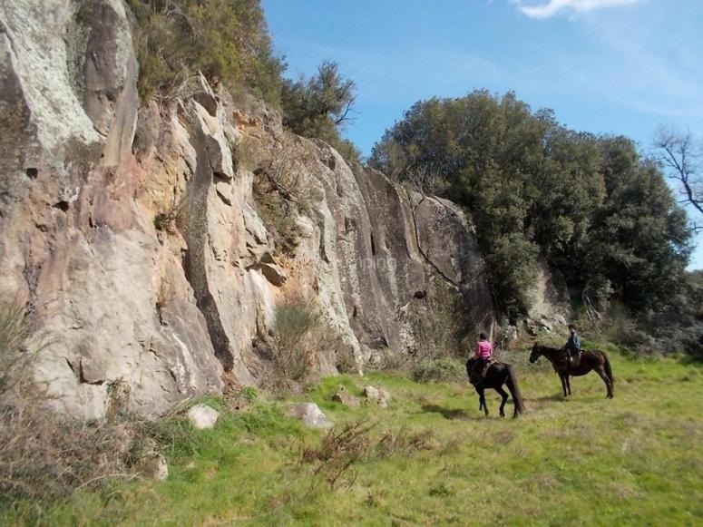Una parete rocciosa lungo il percorso